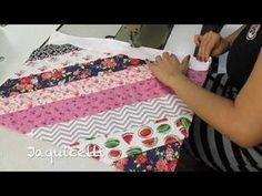 Medidas base:50 x 40 cm    retalhos para decorar: 69 x 8 cm (1x)    65 x 8 cm (2x)    45 x 8 cm (2X)    26 x 8 cm (2x)    10 x 8 cm (2x)    após pregar as tiras cortar o excesso, para ficar rente ao tecido da base para fazer o acabamento    50 x Picnic Blanket, Outdoor Blanket, Crimping, Diy And Crafts, Patches, Quilts, Patchwork Quilting, Make It Yourself, Sewing