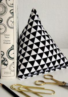 Sep 2019 - DIY Project: Fabric Pyramid Bookends – Design*Sponge Diy Craft Projects, Sewing Projects, Diy Crafts, Sewing Tips, Sewing Ideas, Craft Ideas, Bookends Diy, Diy Doorstop, Peso De Porta