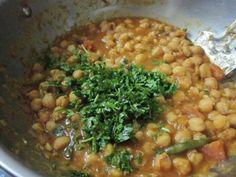 chhole bhature recipe in hindi Easy Dinner Recipes, Yummy Recipes, Yummy Food, Easy Chole Recipe, Chhole Recipe, Punjabi Food, Indian Food Recipes, Ethnic Recipes, Chana Masala