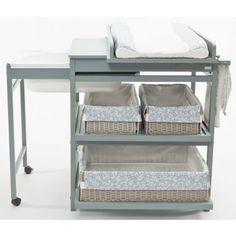 La Table à langer avec baignoire coulissante Comfort luxe de Quax est un meuble à langer multi-fonctionnel comportant une table à langer, 2 étagères coulissantes et extractibles et une baignoire intégrée sur roulette.
