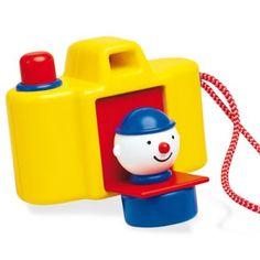 Scherpstellen, schieten en. . . verrassing! Een grappige clown die naar buiten komt wanneer de knop wordt ingedrukt. Een super leuk speelgoed fototoestel van Ambi toys. Deze camera zorgt voor een glimlach op het gezicht. Als je de knop indrukt hoor je een piep. En met het handige touwtje kun je de camera makkelijk meenemen op een avontuur. http://www.benjaminbengel.com/home/1101533-ambi-toys-focus-pocus-fototoestel.html