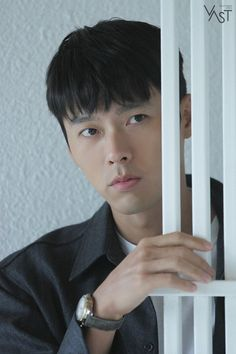 Hyun Bin posed for 'Esquire' Korea Magazine. The actor took a series of photos and showcased his amazing modeling skills. Hyun Bin is seen leaning against the wall, staring off into the distance, and really focusing hard into creating amazing shots. Lee Min Ho, Korean Celebrities, Korean Actors, Ji Chang Wook Smile, Hot Korean Guys, Lee Hyun, Seo Joon, Happy Pills, Kdrama Actors
