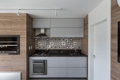 #espaçogourmet #eames #wood #espaço #gourmet #churrasqueira #barbecue #grill #glass #vidro #cadeira #porcelanato #deck #wallpaper #kitchen #cozinha #área #lampada #lamp #arquitetura #archtecture #portoalegre #decoração #design #projeto #janela #social #planejada #bancada #criativa #creative #budweiser #metal #tv #amadeirado #interior #interiores #modern #sobmedida #sob #medida #wine #vinho #grama #exterior #verde #jardim #relaxamento #torneira #cooktop #forno #embutido