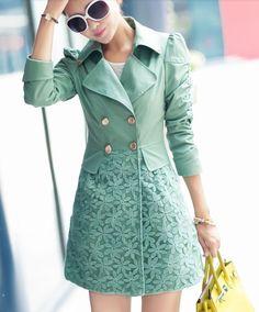 Trench Coat com parte inferior com de renda. O modelo acinturado assemelha-se a um vestido, e é ideal para um inverno bem feminino e mais colorido.