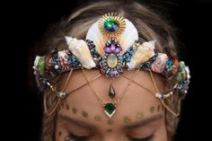 This summer the avant-garde accessory for any online fashionista is the mermaid crown. The headpiece, named after the mythical aquatic creature, features shells and gems inspired by the ocean. Mermaid Shell, Mermaid Crown, Shell Crowns, Seashell Crown, Head Band, Circlet, Halloween Disfraces, Rhinestone Wedding, Bridal Crown