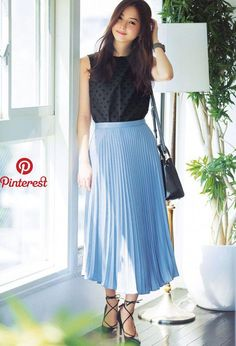 Here are some different denim skirt outfit inspirations for you. Midi Skirt Outfit Casual, Blue Skirt Outfits, Pleated Skirt Outfit, Denim Skirt, Skirt Fashion, Fashion Outfits, Blue Pleated Skirt, Jeans Rock, Japanese Fashion