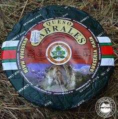 Queso Cabrales D.O.P. Es uno de los quesos más afamados de Asturias. Pertenece a la variedad de queso azul, con un sabor fuerte e intenso, elaborado con leche de vaca, 2 leches ( vaca y oveja ) o 3 leches ( vaca, oveja y cabra ). Tiene un peso de 2,5 kg, aunque existen de mayor y menor tamaño. http://www.elmercadodelnorte.com/categoria-producto/quesos/