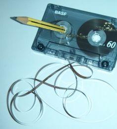 Kassette mit Bandsalat und Bleistift