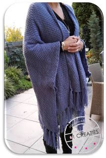 101 Creaties: BREIEN: OMSLAGDOEK MET KWASTJES Crochet Cardigan, Crochet Scarves, Knit Crochet, Knitting Scarves, Knitting Projects, Knitting Patterns, Crochet Patterns, Prayer Shawl, Diy Scarf