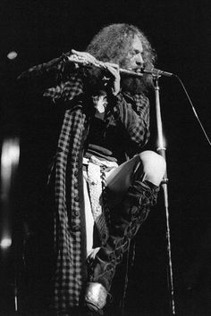 """Ian Anderson, de Jethro Tull, comenzó tocando blues y guitarra de jazz de adolescente, pero se cambió a la flauta en 1967 cuando cayó en la cuenta que nunca podría tocar como Eric Clapton. Su sello de tocar la flauta sobre un solo pie arriba del escenario fue fruto de un periodista con demasiada imaginación que inventó esa historia en 1968, y que luego Anderson comenzó a honrar para no defraudar las expectativas de su audiencia. Por esa práctica, fue descrito por un crítico como """"flamenco…"""