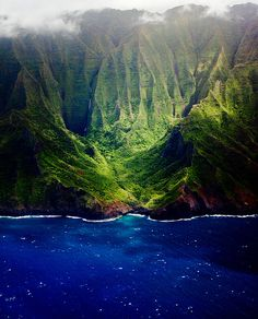 Kauai, Hawaii, Napali Coast, only seen by boat or air. A must see! Places Around The World, Oh The Places You'll Go, Places To Travel, Places To Visit, Around The Worlds, Mountain Vacations, Dream Vacations, Vacation Spots, Napali Coast
