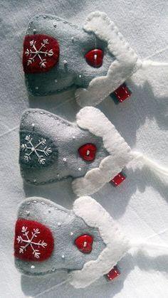 Questo set per chi vuole decorare per la stagione con un tocco di paese confortevole. Questo piccolo ornamenti sono tagliato a mano, mano cucita e impreziosito con pulsante del ricamo e cuore fiocco di neve sulla parte anteriore. La parte posteriore dellornamento è bianco normale, con nessuna decorazione su di esso. Ogni casa ha appeso ciclo è composto di stringa filetto naturale. Misure ca. 8cm di 10cm Arriva confezionato in un sacchetto di cellophane pronto per gifting. Sentitevi liberi…