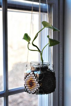 Plant crochet  *a very interesting concept for granny squares hanger... it looks great. <3