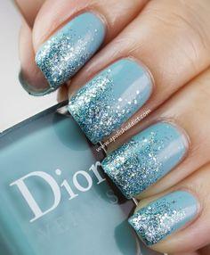 Nail art azzurro glitter.
