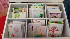 Kinderen versieren een envelopje voor een (eigen) theezakje - via Lianne Morssink