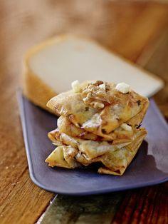 Bricks au poulet, fromage de brebis, pommes et noix