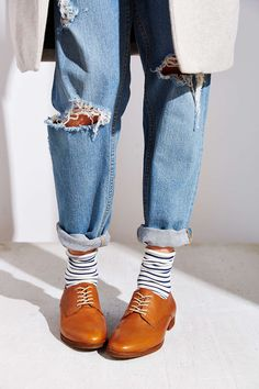 Been trying to work out how to do mom jeans... great brogue/sock combo here...