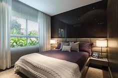 Sofisticado, este quarto mescla as cores preto, areia e berinjela. Trio certeiro para garantir elegância e aconchego. Projeto de Carlos Rossi. #arquitetura #decor #decoração #bedroom