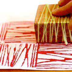 carimbo com pedaço de madeira e linha