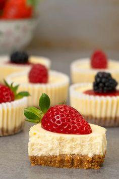 Mini Cheesecake Recipes, How To Make Cheesecake, Mini Cheesecake Cupcakes, Mini Strawberry Cheesecake, Personal Cheesecake Recipe, Caramel Cheesecake Bites, Cheesecake Tarts, Chocolate Cheesecake, Pumpkin Cheesecake