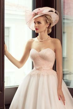 Loving the 50's feel of this ensemble.  And a hat for a bride? Fabulous!