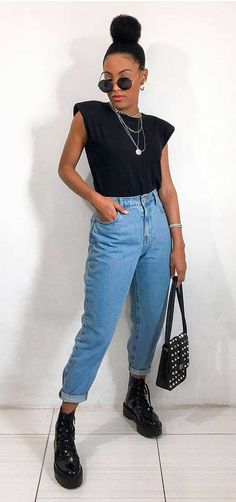 @lleticianicacio, muscle tee preta, mix de correntes, mom jeans, bolsa preta com rebit, coturno preto de vinil, óculos redondo Doc Martens, Muscle Tees, Mom Jeans, Ideias Fashion, Girl Fashion, Poses, Outfit Ideas, Outfits, Style