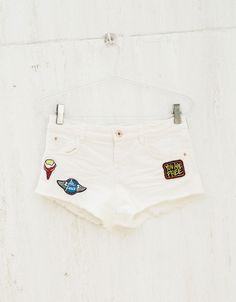 Shorts BSK sarga lycra parches. Descubre ésta y muchas otras prendas en Bershka con nuevos productos cada semana