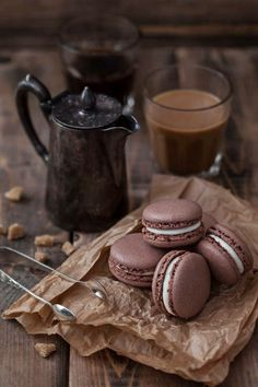 quenalbertini: Coffee or Chocolate with Chocolate Macarons I Love Coffee, Coffee Break, Hot Coffee, Morning Coffee, Brown Coffee, Black Coffee, Coffee Photography, Food Photography, Chocolate San Valentin