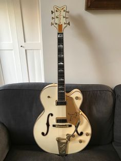 A 2006 Stephen Stern made Gretsch White Falcon. I have wanted one since late 1970 but they were always too expensive. I got this from a chef in Blackheath, London who cooks more in the kitchen than he does onstage. It sounds like Sun Records crossed with Buffalo Springfield. I have now checked this off my Bucket List. 🎸