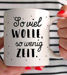 """Tasse für Strick- oder Häkelfans mit Spruch """"So viel Wolle, so wenig Zeit"""" - Keramikbecher via Makerist.de"""
