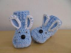 Tênis para bebê, feito em crochê com lã. <br>Modelo coelhinho. <br>Encomenda em qualquer cor. <br>TAMANHOS: sola <br>8 cm - RN a 01 meses <br>9 cm - 01 a 03 meses <br>10 cm - 03 a 06 meses