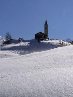 SOLLIERES-SARDIERES  Un village au passé archéologique prestigieux, un plateau d'altitude baigné de soleil avec une vue à 360°. Ski nordique au monolithe, raquettes, balades et art de vivre, vos vacances sont multiples.