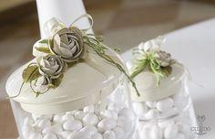 Nozze Shabby Chic | Confettata in porcellana decorata con fiori in lino nocciola e nastro corda juta verde