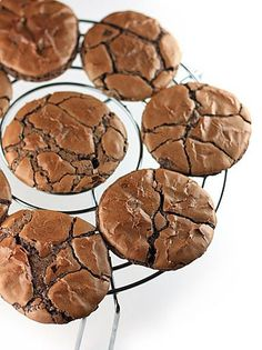 Cooks and Bakes: Chocolate Crinkles Provereni recepti. Cooks and Bakes: Chocolate Crinkles Chocolate Macaroons, Chocolate Crinkles, Chocolate Cookies, Chocolate Biscuits, Coconut Hot Chocolate, Homemade Chocolate, Melting Chocolate, Chocolat Recipe, Desserts With Biscuits