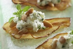 Ontario Pear Crisps With ChÈvre And Pine Nuts Recipe - Vineland Growers Tapas, Party Food And Drinks, Snacks Für Party, Pear Crisp, Baked Pears, Catering, Appetisers, Food Inspiration, Appetizer Recipes