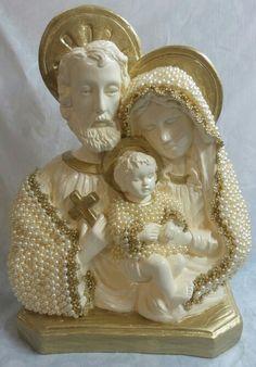 Sagrada Família em pérolas Holy Family, Pool Designs, Virgin Mary, Diy Tutorial, Quilling, Holi, Fun Crafts, Nativity, Decoupage