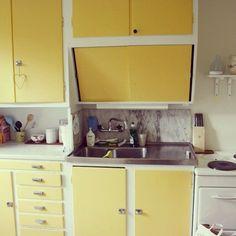 nice 46 Impressive Kitchen Retro Design Ideas For Best Kitchen Inspiration Apartment Kitchen, Kitchen Interior, Kitchen Furniture, Modern Furniture, Furniture Design, Vintage Kitchen, Kitchen Retro, Kitchen Yellow, Yellow Kitchens