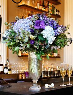 Bleu majestueux  Création d'Amélie Baralle, l'hortensia est accompagné d'eucalyptus, d'orchidée Vanda, de Viburnum en fruits, de Myosotis, de Delphinum et d'Anémone.
