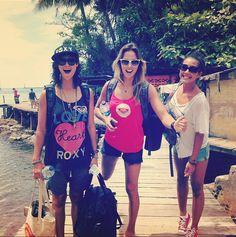 Sally Fitzgibbons, Kassia Meador e Kelia Moniz, curtindo a trip para Indonésia.