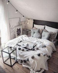 lit-gris-coussins-blanc-et-gris-linge-de-lit-blanc-lit-gris-parquet-en-bois-couleur-mur-blanc-guirlande-lumineux-petites-tables-en-verre-dessins-chambre-mansardée
