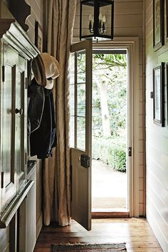 FleaingFrance...love the casualness and the curtain that offers a privacy option with a glass door