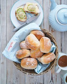 Finns det något härligare än nybakat bröd på morgonen? Prova dessa enkla bröd. Källarfranskorna ska bara kubbas upp med degskrapan för det rätta, lite kantiga, utseendet.