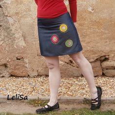 Krátká riflová sukně z odlehčené elastické rifloviny, střih víceáčkový, aplikace v barvě žlutá, růžová a zelená.