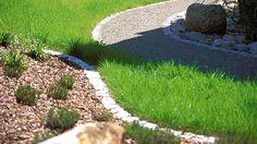 Die Rasenkante mit Steinrand macht wenig Arbeit und stört nicht bei Mähen. (Quelle: imago/Redeleit)
