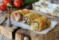 Bombette di zucchine arrotolate, gustosissimi rotolini di zucchine avvolti nel pane morbido per tramezzini e farciti con prosciutto e fontina.
