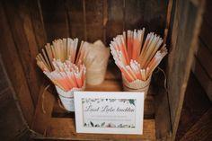 Lasst unsere Liebe leuchten. Knicklichter für den Eröffnungstanz bei der Hochzeit. Foto: Licht-gestalten Fotografie Vintage Stil, Tans, Tableware, Wedding Ideas, Blog, Instagram, Lilac, Profile, Light Fixtures