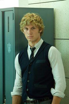 Alex Pettyfer as Elliot Grey