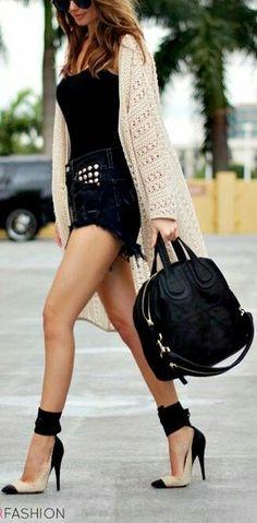 Rebecon y short. Short vaquero negro con camiseta negra pegada. Rebecón camel o poncho - capa etnica o poncho negro. Botas negras o camel.