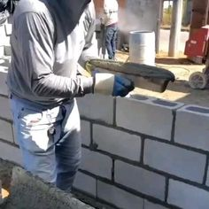 Concrete Block Walls, Concrete Retaining Walls, House Construction Plan, Construction Tools, Cement Crafts, Concrete Projects, Simple Life Hacks, Useful Life Hacks, Brick Repair