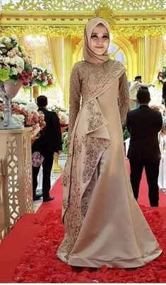 Batik Fashion, Hijab Fashion, Fashion Dresses, Fashion Tips, Kebaya Dress, Dress Pesta, Dress Brokat Modern, Hijabi Gowns, Muslimah Wedding Dress